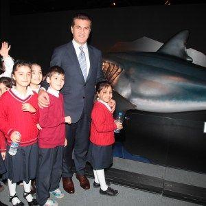 Photo of Sarıgül, Çocuklarla Köpek Balığı Sergisi'ni Gezdi