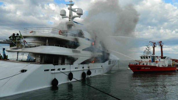 benetti-yacht-fire-fb261-fireboat-fire