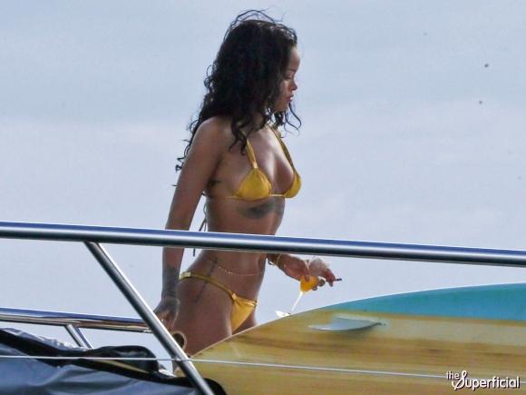 rihanna-bikini-08-580x435
