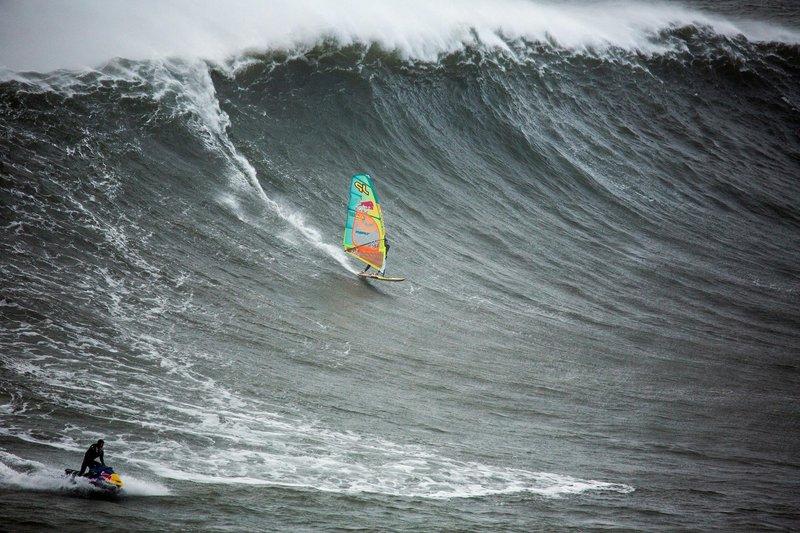 Photo of En Korkutucu Dalganın Üzerinde Rüzgar Sörfü