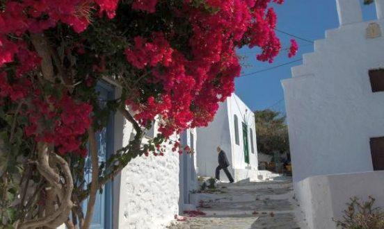 Turist olarak geldi, adanın tek rahibesi oldu.